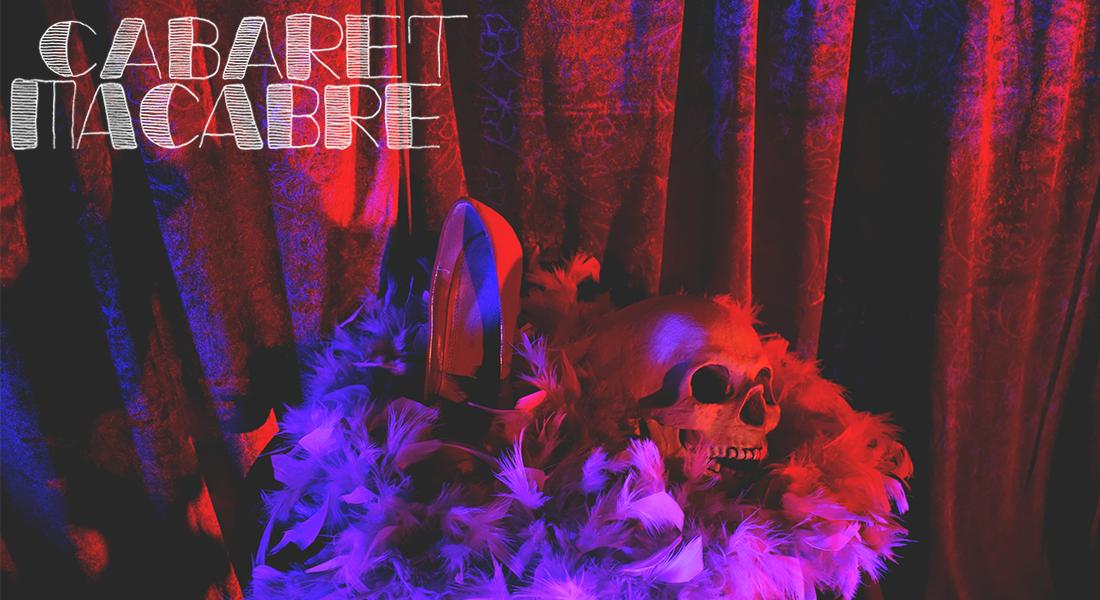 Punaisten samettiverhojen edessä pöydällä on höyhenpuuhkan ympäröimät pääkallo ja korkokenkä. Vasemmassa yläkulmassa teksti Cabaret Macabre.