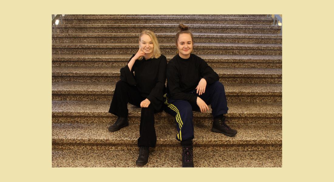 Tikkanen ja Nygård istuvat vierekkäin kiviportaikossa
